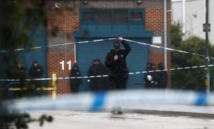 Un oficial de policía sale dela escena donde se descubrieron los 39 cadáveres en un camión contenedor en Essex, Gran Bretaña.