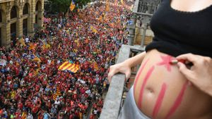Ana embarazada de ocho meses observa la manifestación en la Via Laietana.