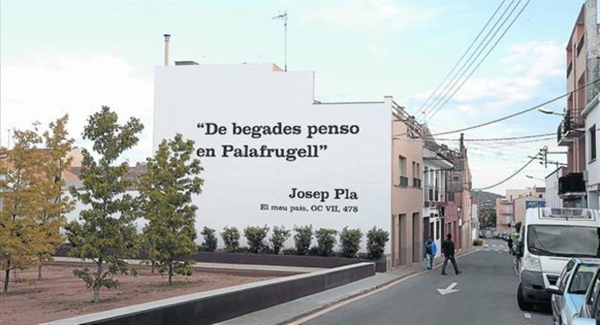 Pintura de Enric Farrés junto a la Fundació Josep Pla de Palafrugell, ayer, con la frase del escritor alterada.