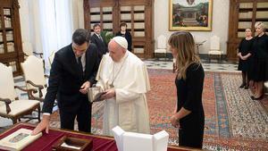 El Papa, durante la visita con Pedro Sánchez y su esposa.
