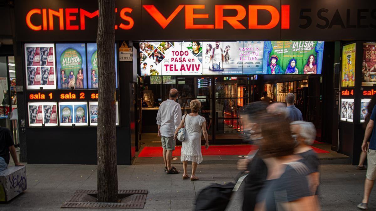 Barcelona 07 07 2020 Sociedad   Entrada de los Cines Cinemes Verdi  AUTOR  MANU MITRU
