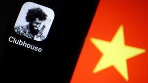 Logo de la 'app' Clubhouse, junto a la bandera china.