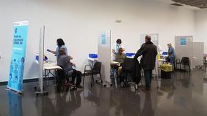 Administración de vacunas contra el coronavirus en La Farga de L'Hospitalet.
