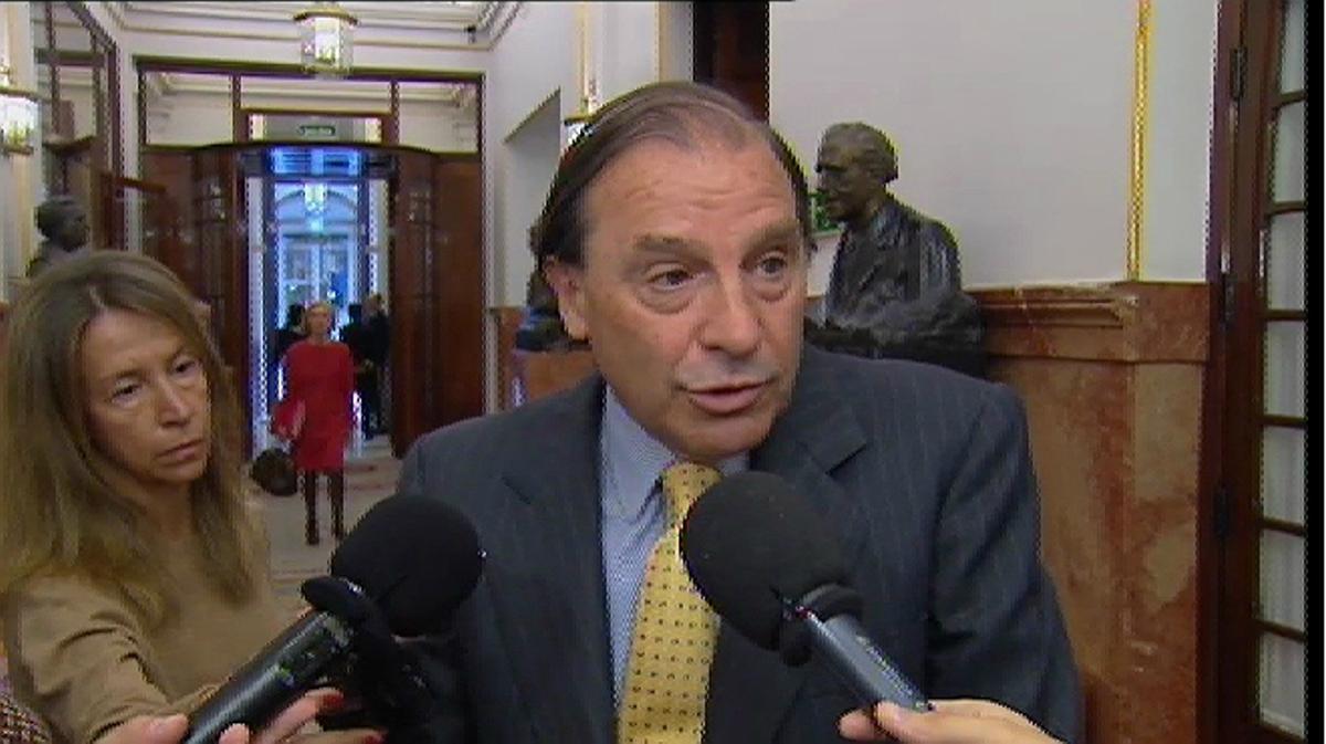 Vicente Martínez-Pujalte defiende, en los pasillos del Congreso, la legalidad de su trabajo para una constructora.
