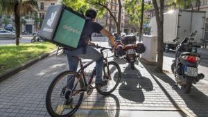 Repartidor de comida a domicilio en bici.