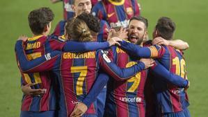 Los jugadores del Barça se abrazan tras el gol de Braithwaite en el partido de Copa ante el Sevilla