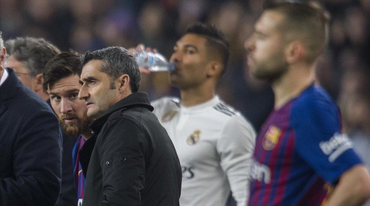 Messi habla con Valverde antes de entrar al campo en la segunda mitad del clásico.