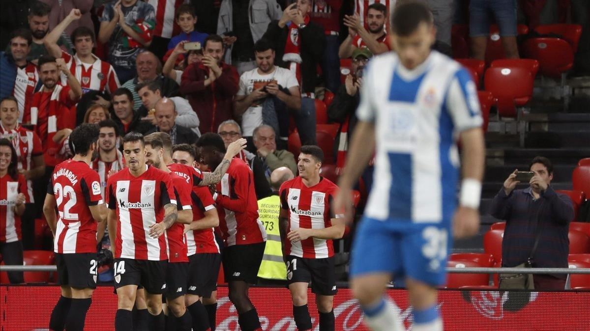 Los jugadores del Athletic celebran el primer gol ante la decepción de Campuzano.