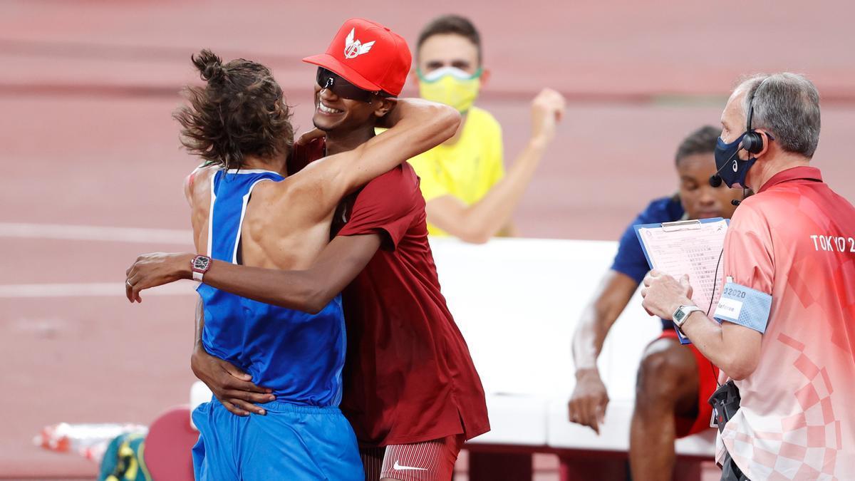 Tamberi abraza a Barshim tras sellar el pacto para compartir el oro.