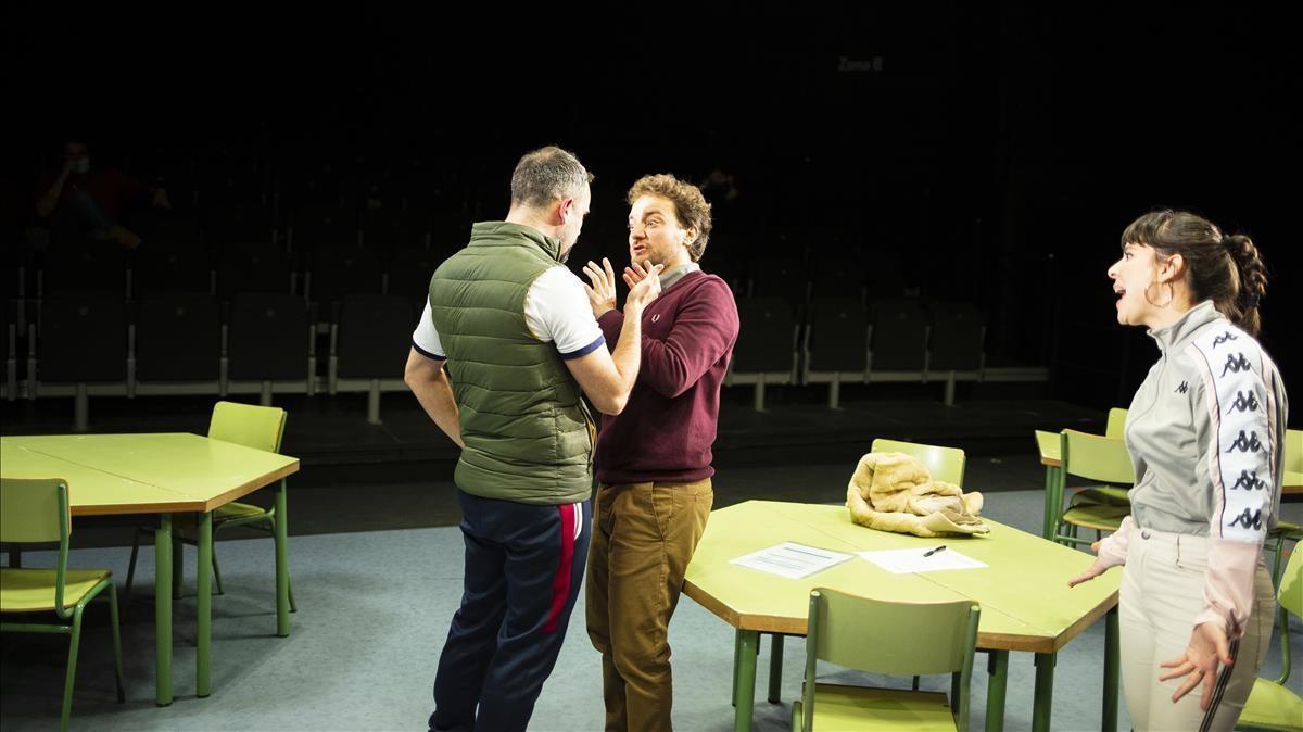 Brian (Pau Roca) se encara con el profesor McCafferty (Pol López) ante la queja de Sarah (Carlota Olcina), en una escena de 'Classe', actualmente en La Villarroel.