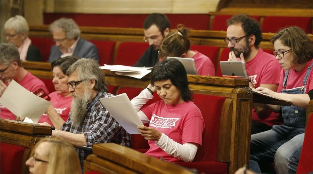 Los diputados de la CUP, en el Pleno del Parlament.