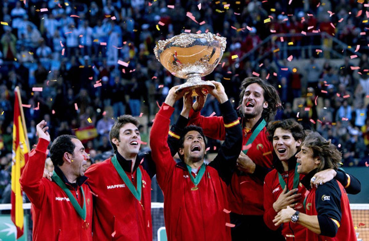 El equipo español (de izquierda a derecha, Costa, Granollers, Verdasco, Feliciano López, Nadal y Ferrer) alza el trofeo de la Copa Davis.