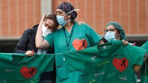 Sanitarias lloran la muerte de un compañero por coronavirus en el Hospital Severo Ochoa de Leganés