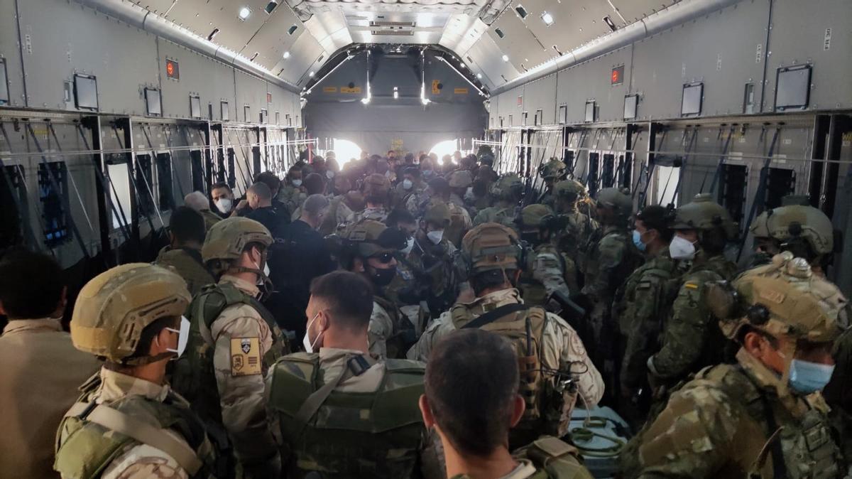 Un grupo de militares españoles es evacuado de Afganistán.