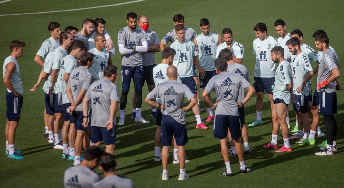 La selección española, al comienzo del entrenamiento del pasado día 3, en la Ciudad del Fútbol de Las Rozas.