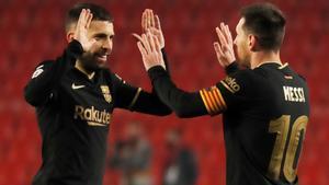 Alba y Messi celebran un gol en Granada.