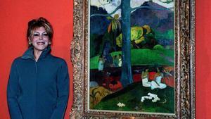 Carmen Cervera, baronesa Thyssen, junto al 'Mata Mua' de Gauguin, en 1999.