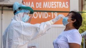 Una enfermera hace un test PCR a una mujer en Jumillav