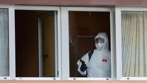 Un técnico de la UME durante las tareas de desinfecciñon de una residencia en Barcelona.