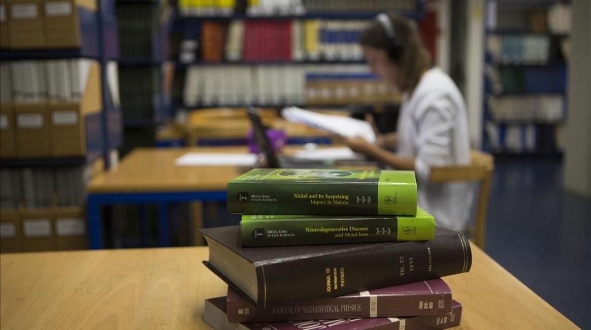 Libros en inglés en la biblioteca de la facultad de Física de la Universitat de Barcelona.
