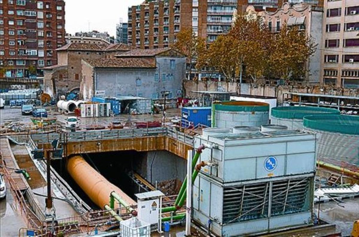 La Torre del Fang, tras el pozo de entrada del túnel del AVE, ayer.