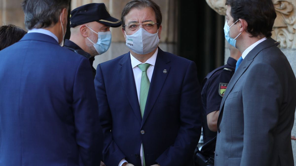 El presidente de Extremadura, Guillermo Fernández Vara, y el de Castilla y León, Alonso Fernández Mañueco, a su llegada a la XXIV Conferencia de Presidentes.