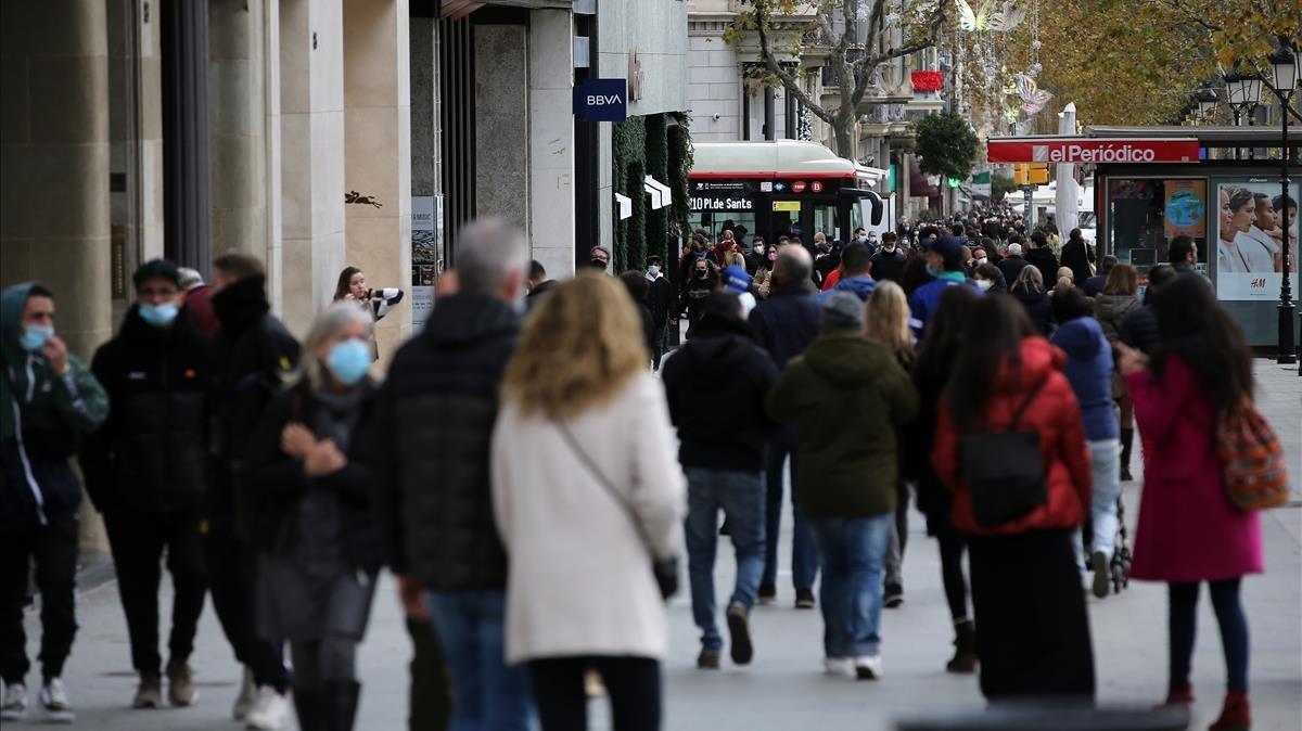 Gente de compras en el Paseo de Gràcia de Barcelona.