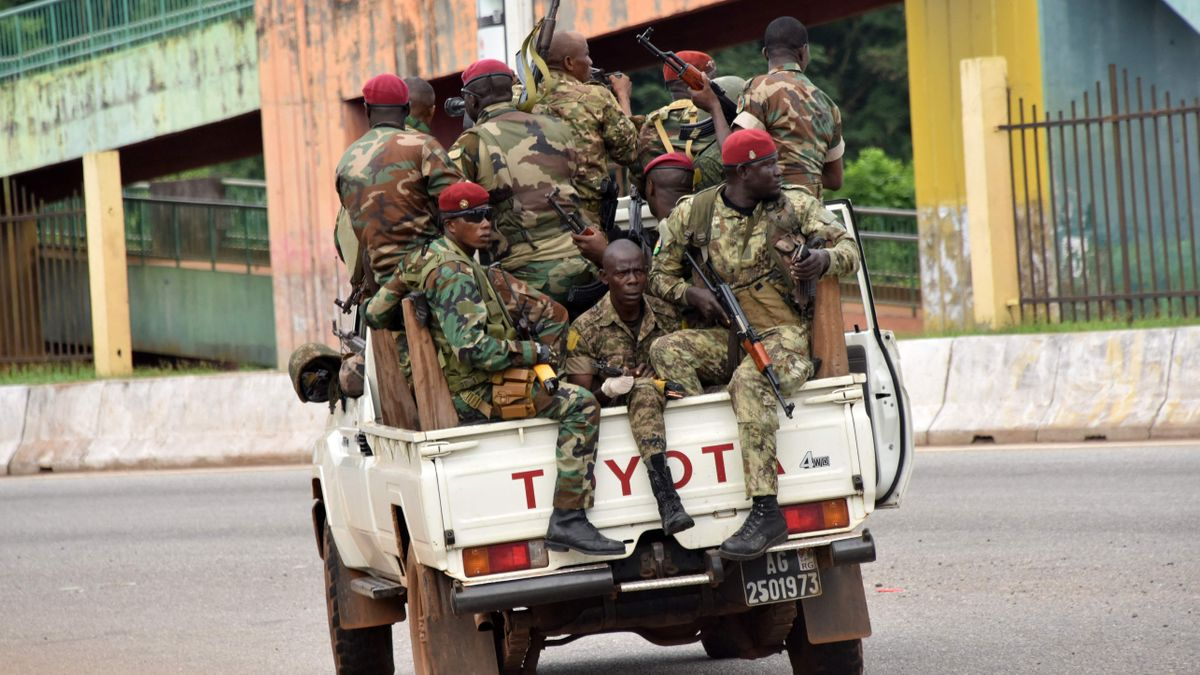 Militares de Guinea en la barrio Kaloum en Conakry
