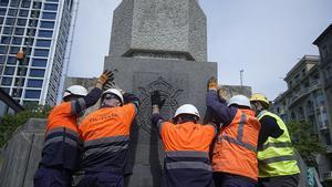 El Ayuntamiento retira la placa dedicada a Juan Carlos I de la plaza del Cinc d'Oros