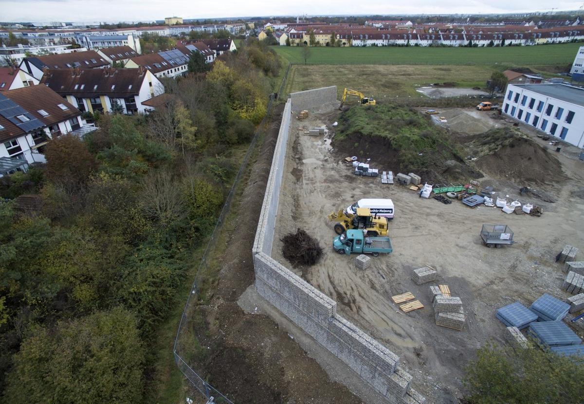 Vista aérea de las obras para la contrucción del muro que rodeará un centro de refugiadosen Múnich.