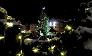 Las calles de Riga se preparan para la Navidad en medio de una crisis por la recogida de basuras