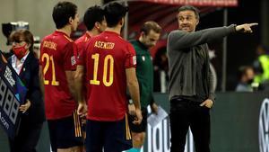 Luis Enrique da consigna a los jugadores de España en la goleada ante Alemania.