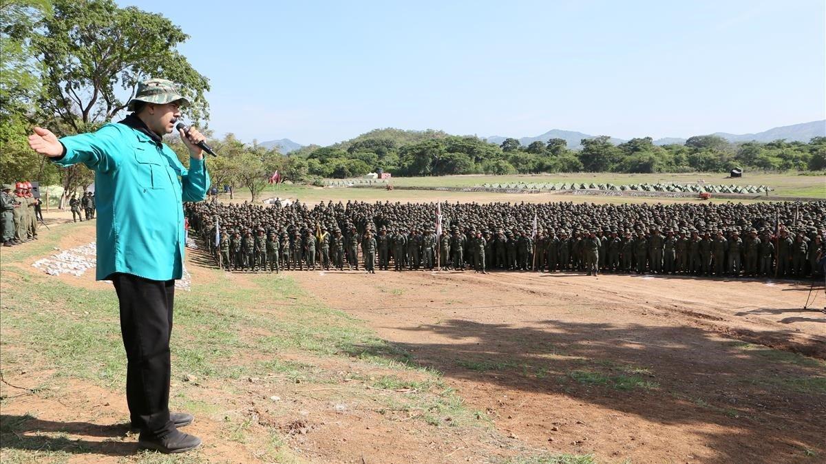 Imagen ofrecida por la Presidencia de Venezuela del presidente Nicolás Maduro dirigiéndose a los cadetes militares de la base de El Pao.