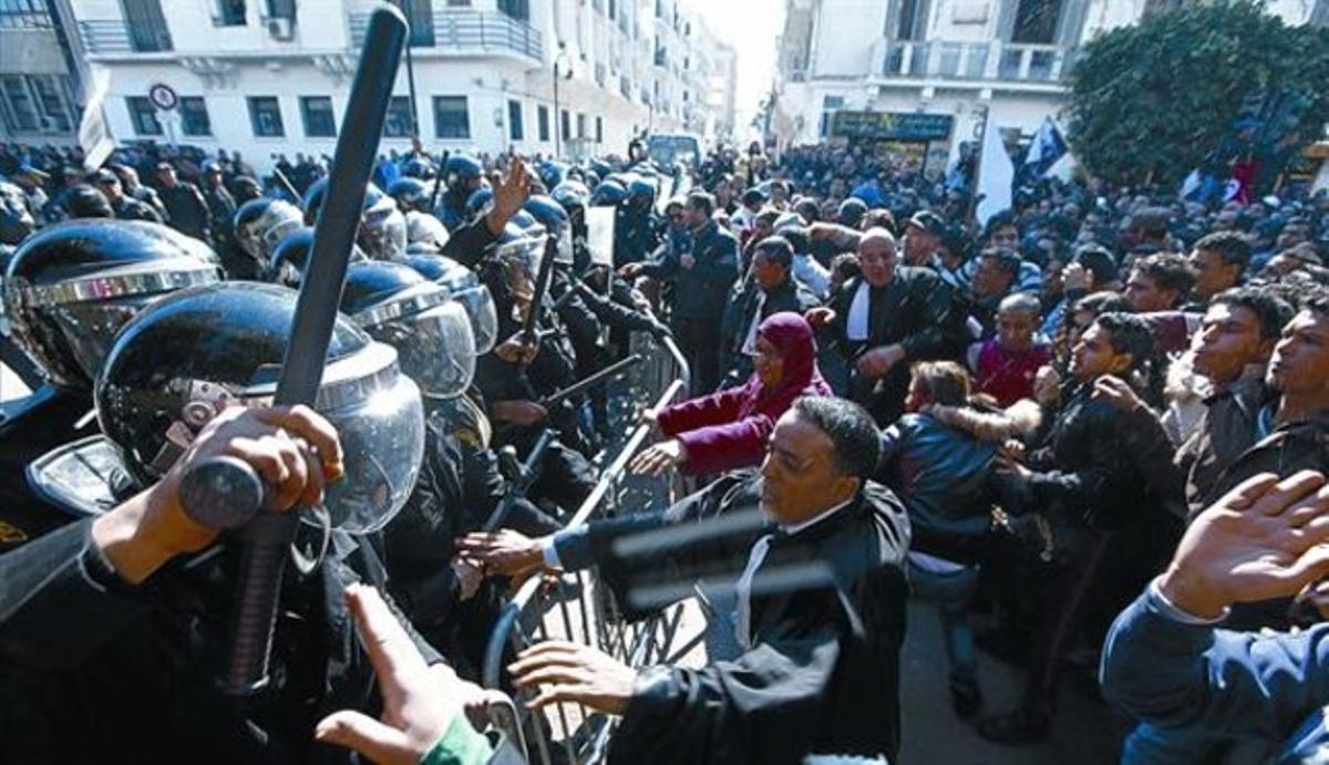 Protestas ante la sede del Ministerio del Interior, ayer en Túnez.