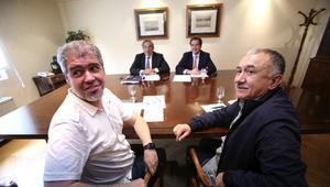 Los secretarios generales de CCOO y UGT, Unai Sordo (izquierda) y Pepe Álvarez (derecha), en primer plano; junto a los dirigentes de la CEOE, Juan Rosell y Antonio Garamendi.