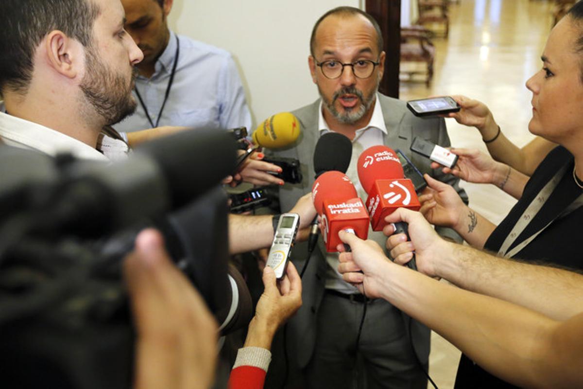 El diputado Carles Campuzano, rodeado de periodistas, en el Congreso, en septiembre pasado.