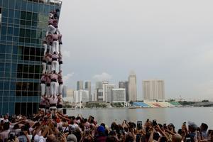El cuatre de vuit de los Minyons con el skyline de Singapur de fondo.