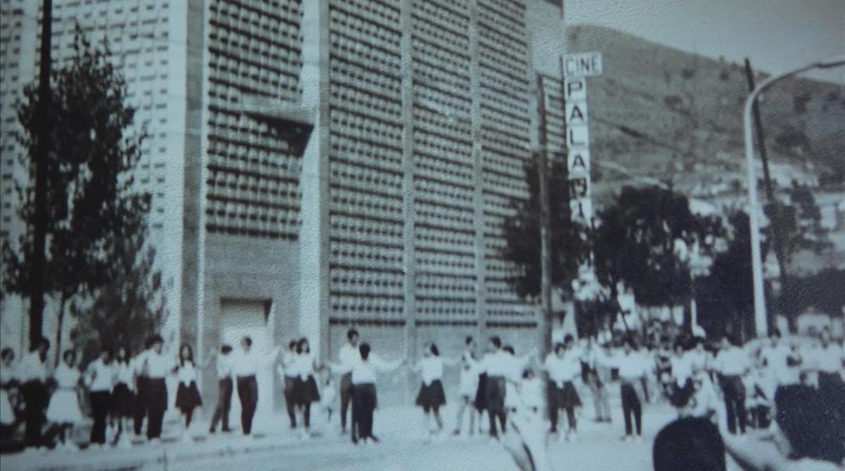 Sardanas junto al Cine Paladium.