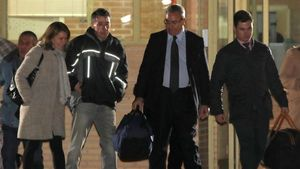 Ignacio González, a su salida de la prisión de Soto del Real, este miércoles por la noche.