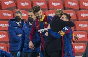Koeman abraza a Messi ante Piqué tras eliminar al Sevilla en la Copa.
