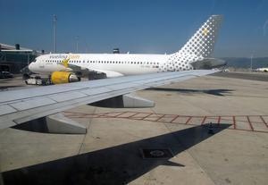 Un avión de Vueling, en la terminal de El Prat.