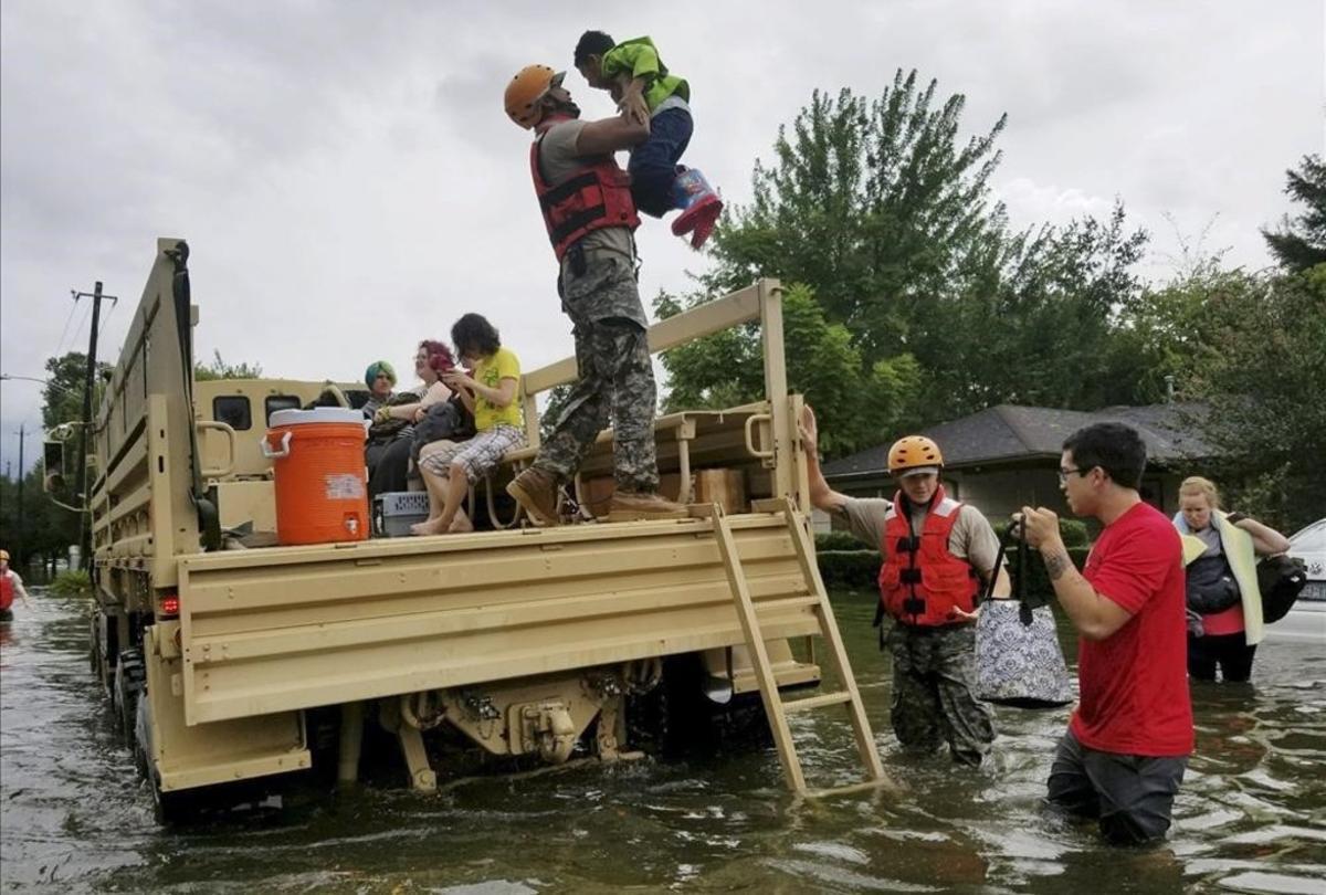 La Guardia Nacional de Texas socorre a víctimas del huracán.