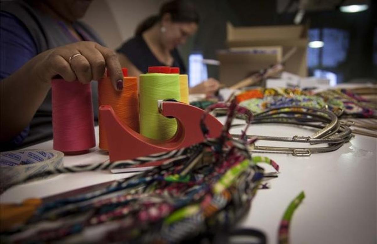 Mujeres trabajando en untaller de artesanía.