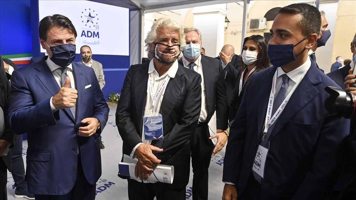 El primer ministro italiano,Giuseppe Conte (izquierda), el cofundador del Movimiento 5 Estrellas (M5S), el cómico,Beppe Grillo, y el ministro de Asuntos Exteriores y dirigente de M5S, Luigi di Maio,el pasado 11 de septiembre en Roma.