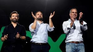 El presidente de Vox, Santiago Abascal, junto al secretario general de la formación, Javier Ortega Smith, y el portavoz parlamentaria, Iván Espinosa de los Monteros