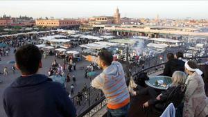 Turistas en un café de Yamma el-Fna.