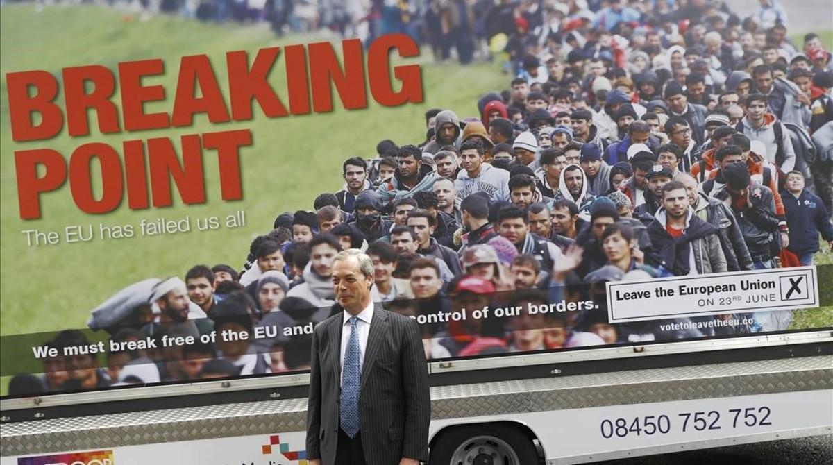 Nigel Farage posa delante del polémico poster que incita al odio racial.