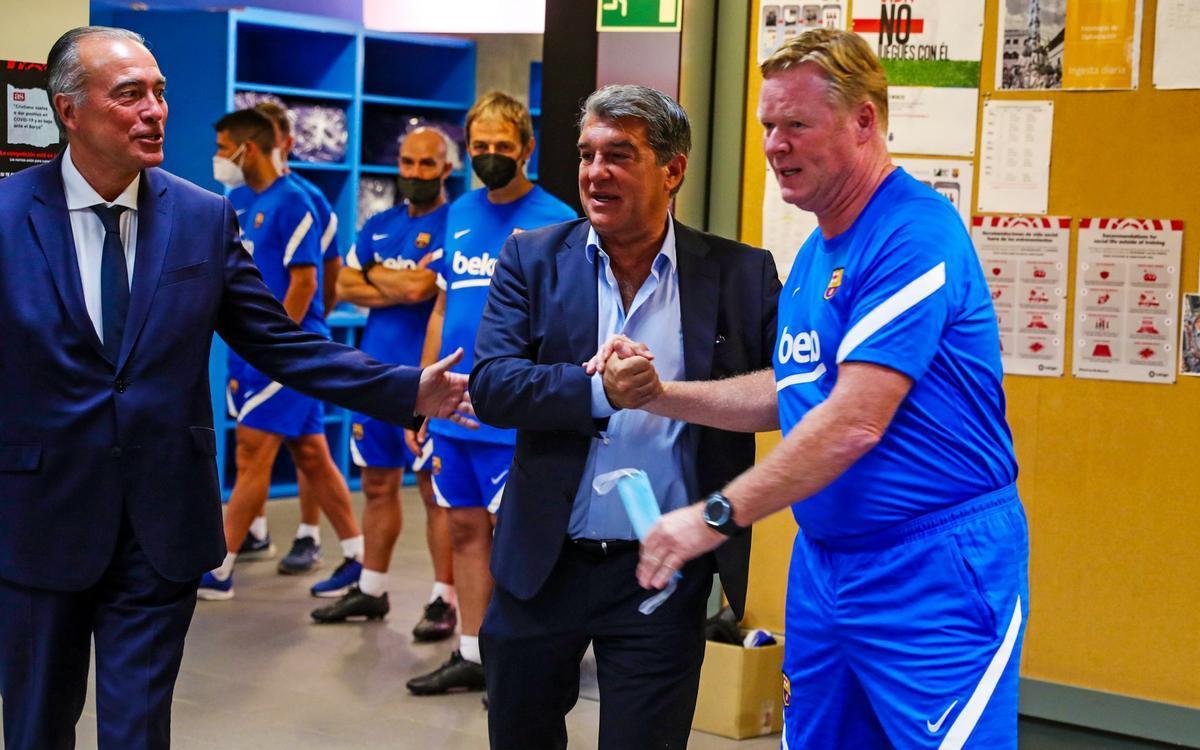 Laporta, acompañado por Rafa Yuste, el vicepresidente deportivo, saluda a Koeman en el vestuario de la ciudad deportiva de Sant Joan Despí.