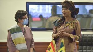 La ministra de Asuntos Exteriores española, Arancha González Laya (izquierda), y su homóloga senegalesa, Aissata Tall Sall, este domingo durante su encuentro en Dakar.