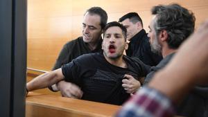 Un activista irrumpe a gritos en un debate sobre vivienda con los alcaldables de Barcelona.